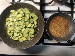 preparazione spaghetti con zucchine e pangrattato