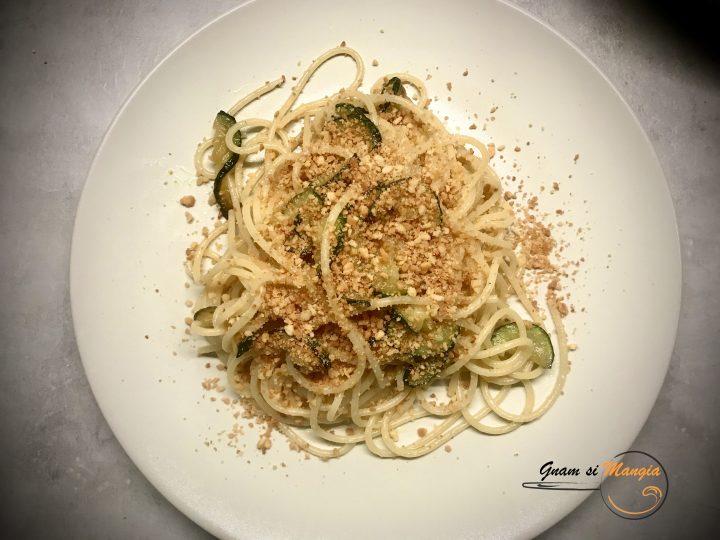 spaghetti con zucchine e pangrattato