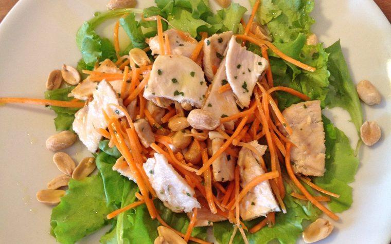 Insalata pollo con arachidi e carote