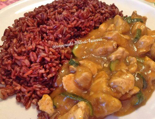 Pollo al curry con riso rosso