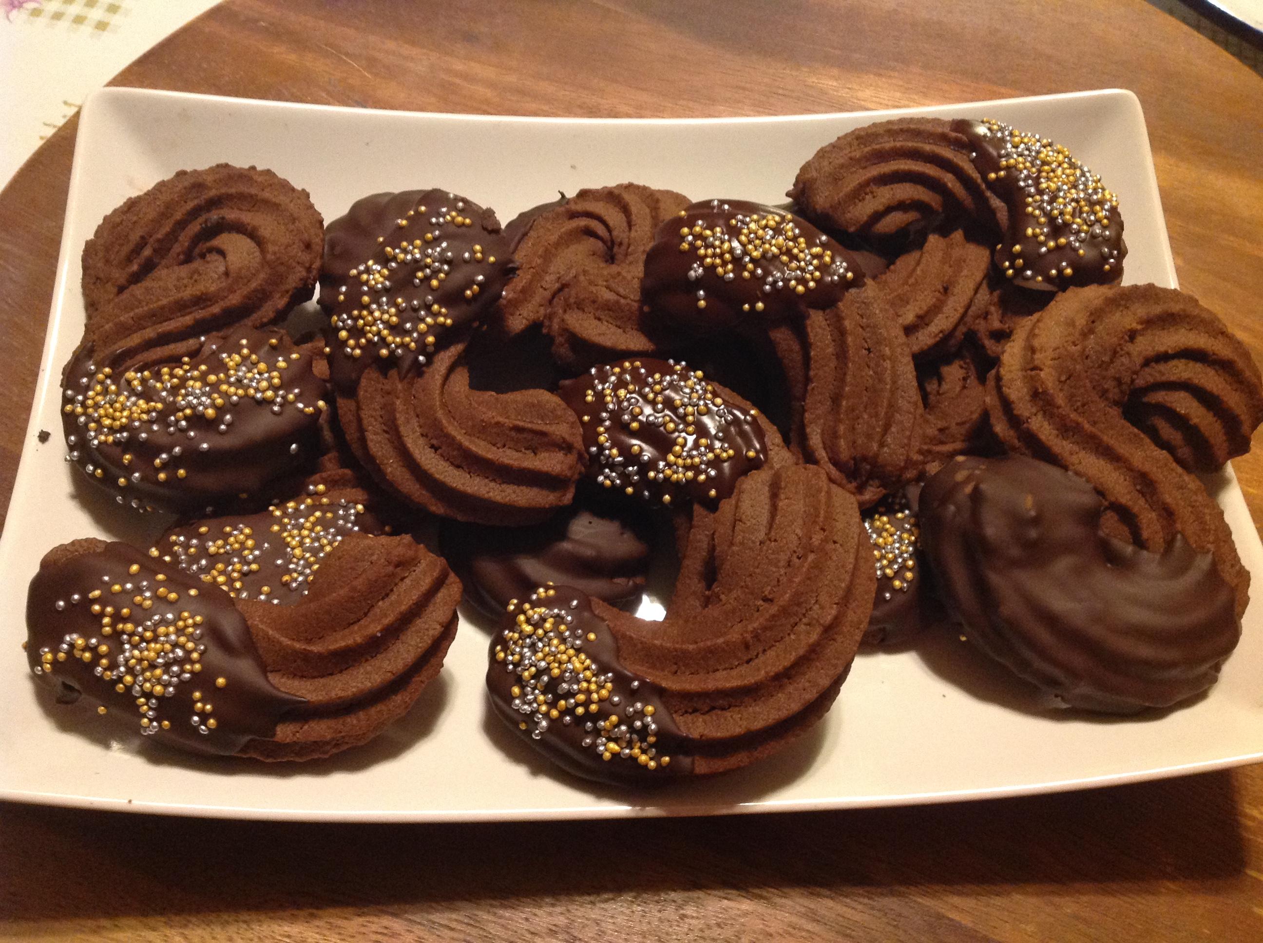 I biscotti esse di frolla al cioccolato di Massari sono dei biscotti dalla forma tondeggiante e dal sapore cioccolattoso.