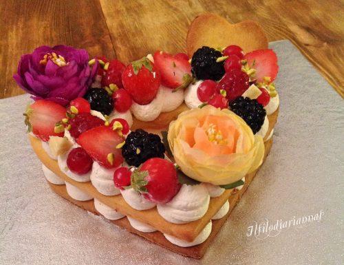 Cream tart con frolla sablè, frutta e fiori