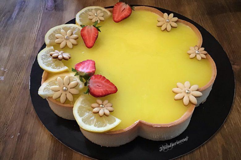 Crostata primaverile con cuore a limone