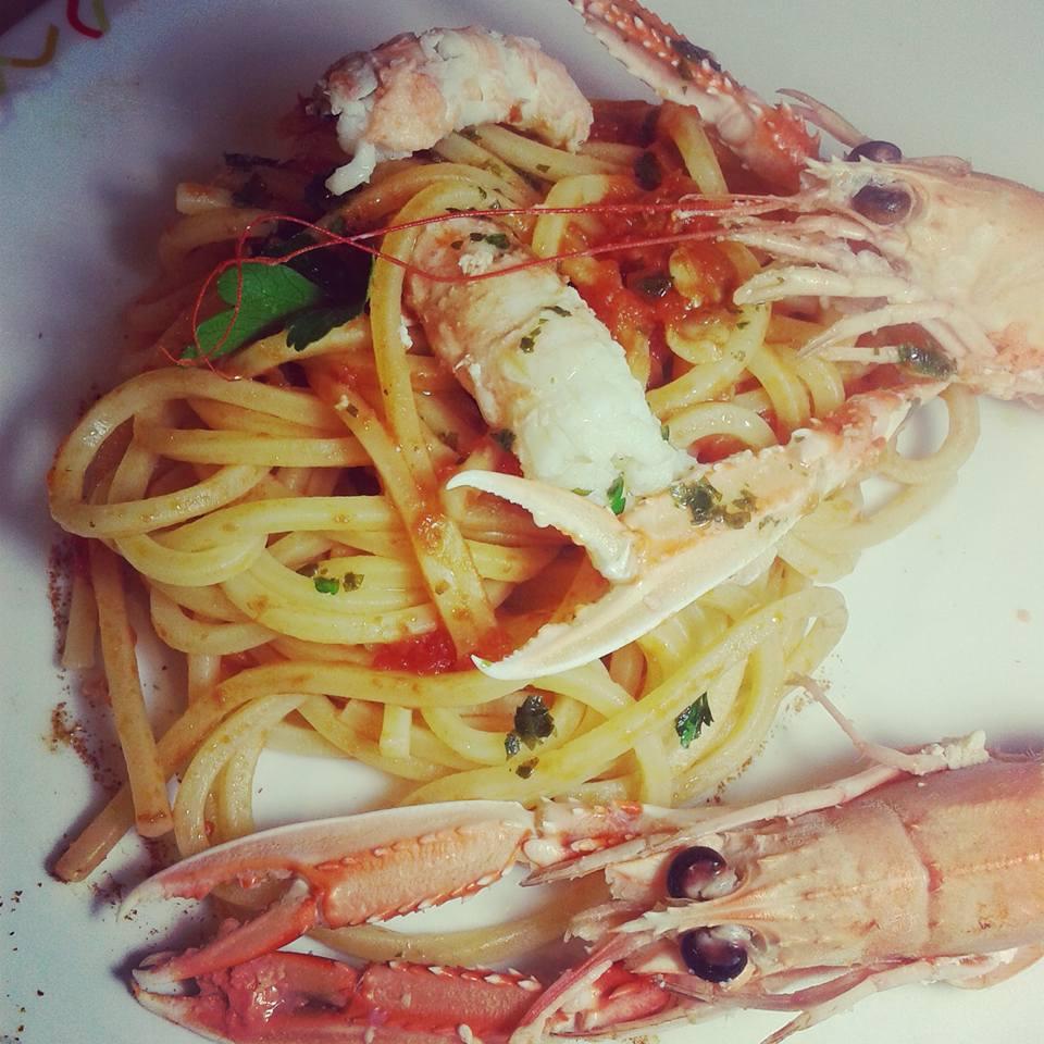 Spaghetti quadrati con sugo di vongole e scampi