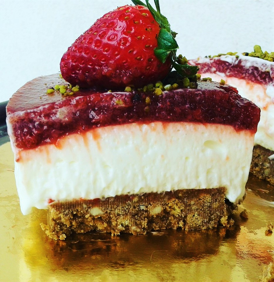 Cheesecake di yogurt alla vaniglia con coulis di fragola