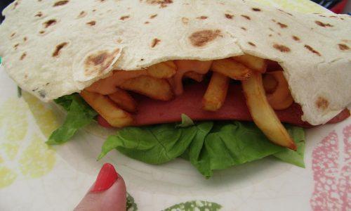 Piadina con wurstel e patatine fritte