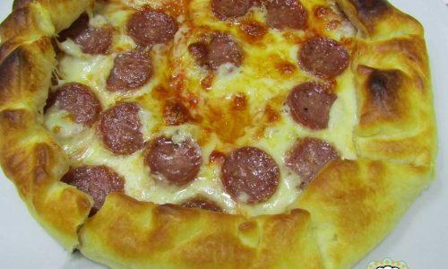 Pizza di pasta sfoglia e salamino, ghiotta e super filante