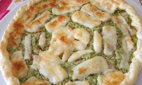 Torta salata di sfoglia con broccoli, pancetta dolce e scamorza affumicata