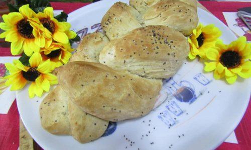 Treccia di pane all'olio con spolverata di semini di chia