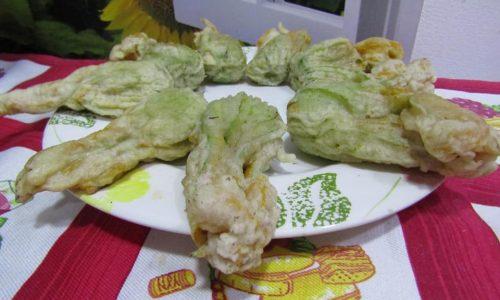 Fiori di zucca in pastella con mozzarella di bufala e prosciutto cotto