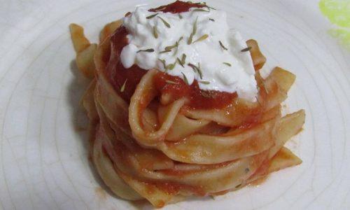 Fettuccine con pomodoro fresco, burrata e timo