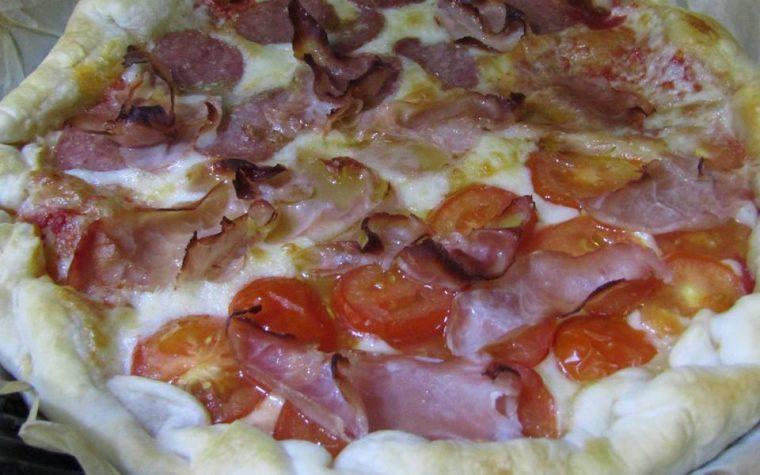 Pizza rustica con pomodori pachino IGP, soppressata e prosciutto