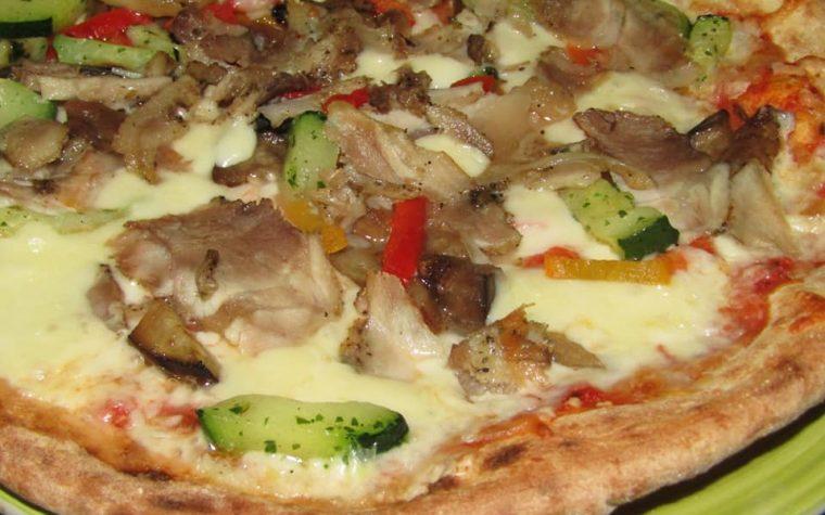 Pizza alle verdure grigliate, mozzarella di bufala e porchetta