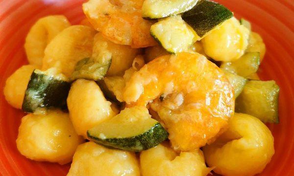 Gnocchi di patate spadellati con zucchine e mazzancolle