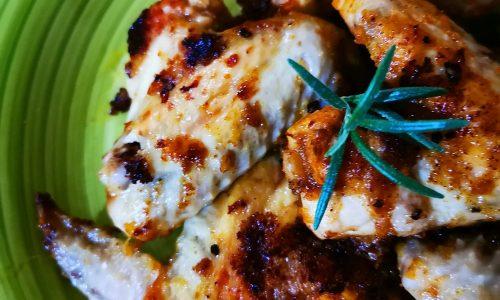 Ali di pollo aromatizzate alla paprika e rosmarino, in padella