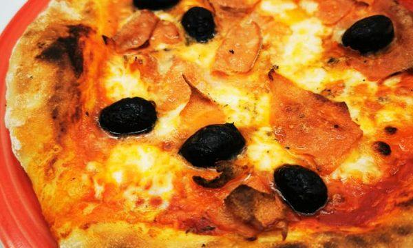 Pizza con mozzarella di bufala, mortadella e olive fritte