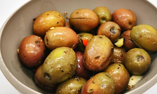 Olive condite fatte in casa con origano, aglio, olio e peperoncino