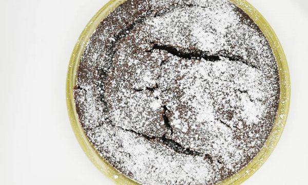 Torta al cacao e marmellata di percoche leggera e digeribile
