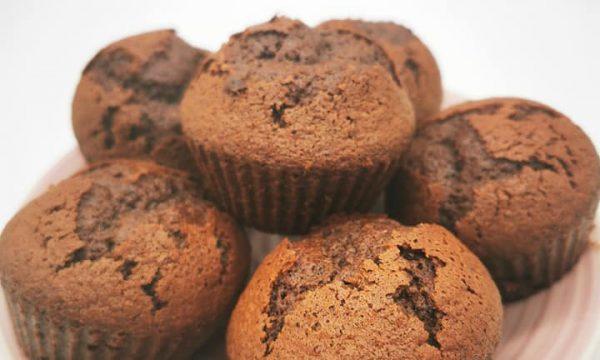 Muffin al cacao amaro e arancia, perfetti per colazione o merenda
