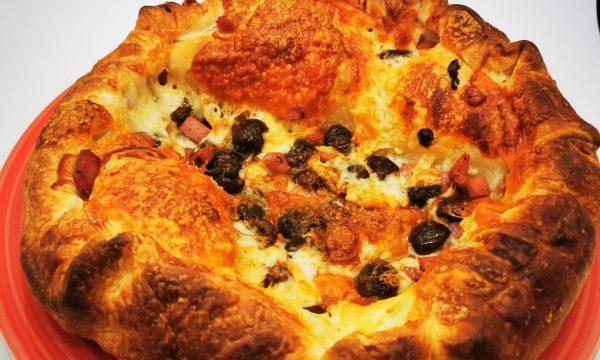 Finta pizza con cornicione ripieno di pecorino toscano DOP
