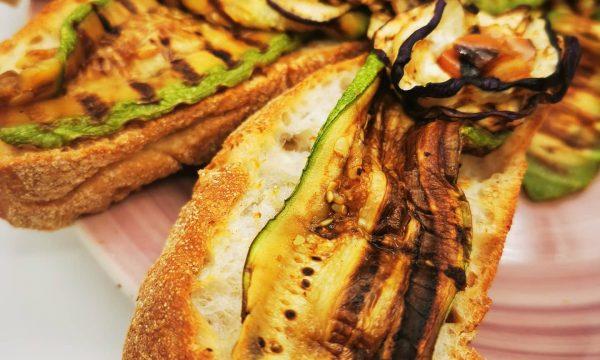 Bruschette vegetariane super colorate e ricche di nutrimento