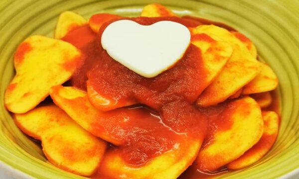 Ravioli al limone a forma di cuore con sugo al basilico fresco