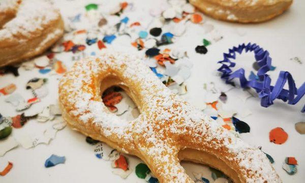 Mascherine di carnevale realizzate in pasta sfoglia con zucchero a velo