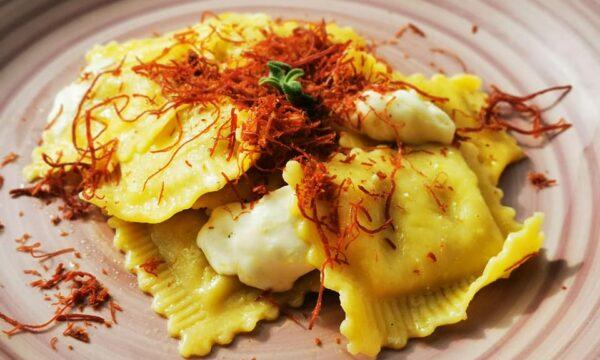 Ravioli con ripieno al carciofo conditi con olio evo, mozzarella e sfilacci di cavallo