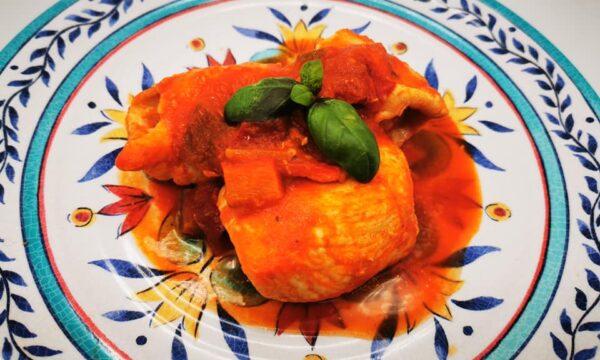 Rollini di pollo con scamorza affumicata e testa in cassetta con sugo ai peperoni