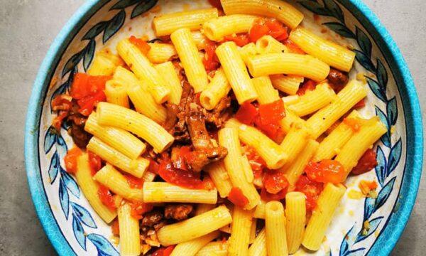 Sedani rigati Pantanella con finferli, pomodorini e porro