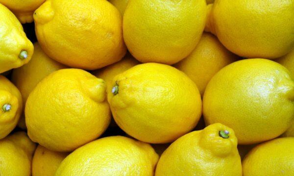 Scorze di limone, trucchi per riutilizzarle in cucina ogni volta che vorrete