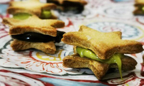 Biscottini stellati ripieni di crema al cacao fondente e al torroncino pistacchio