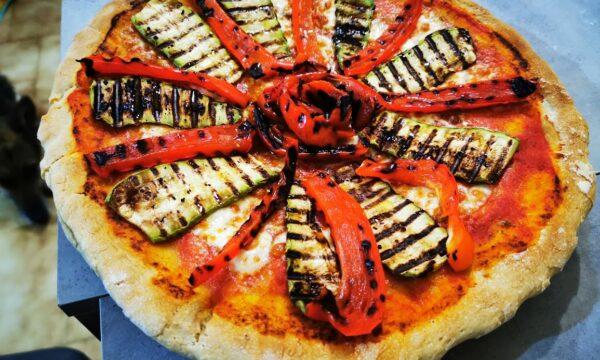 Pizza gigante all'ortolana con verdure grigliate e olio evo biologico