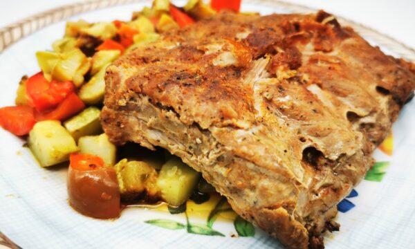 Costine paprika e rosmarino con spadellata di verdure di stagione