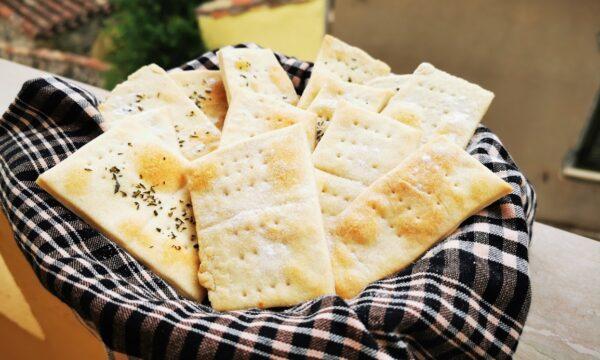 Crackers fatti in casa al rosmarino e con sale in superfice, facili e golosi