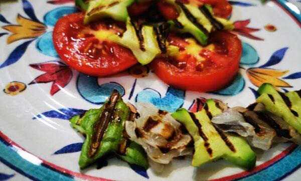 Insalata stellata di zucchine e cipolle grigliate condite con aceto balsamico
