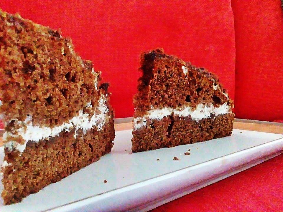 Torta al cioccolato con panna vanigliata