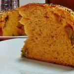 """""""Focaccia Muffin"""" rossa con olive e formaggio"""