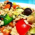 Insalata di orzo tiepida con verdure, tonno e olive