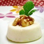 Panna cotta salata al parmigiano con miele e noci