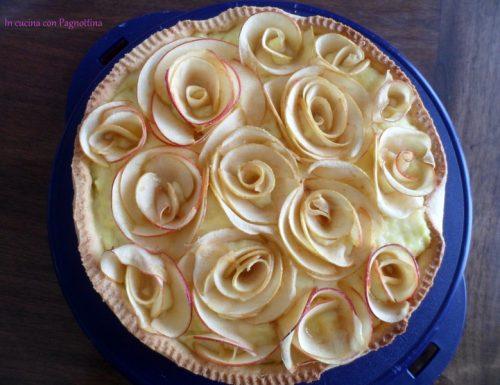 Crostata con crema e rose di mele