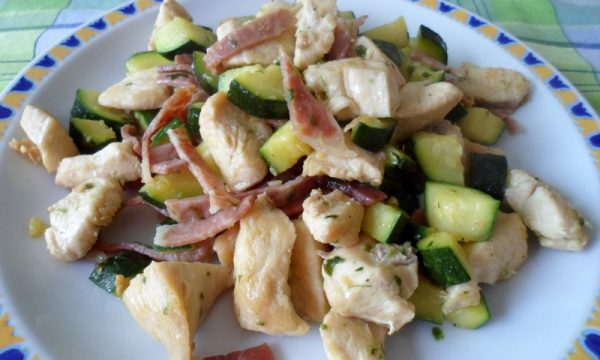 Straccetti di pollo con crudo e zucchine