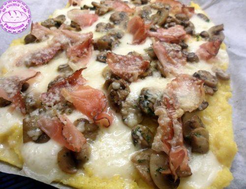 Pizza di polenta con funghi e speck