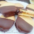 Biscotti glassati al cioccolato ripieni di marmellata