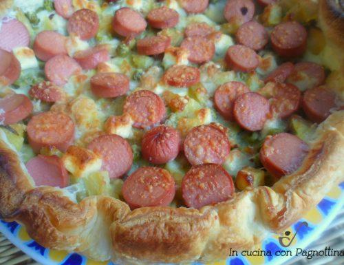 Torta rustica, patate, piselli e wurstel
