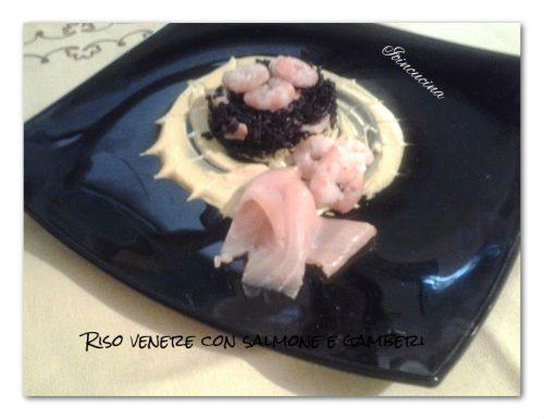 Riso venere con salmone e gamberi