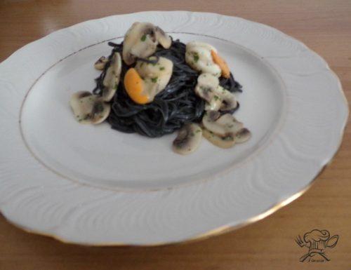 Tagliolini neri con capesante e funghi