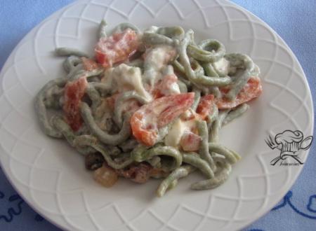 Bucatini al basilico con burrata e pomodorini