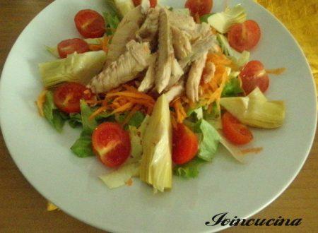 Sgombro in scatola con insalata fresca