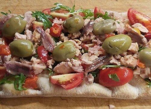 Focaccia tonno acciughe e olive